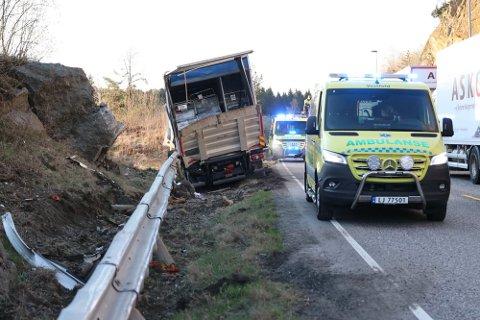 STORE SKADER: Det kunne gått langt verre da lastebilen kom over i feil kjørefelt.