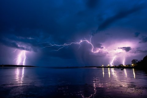 UVÆR: Det meldes om torden, lyn og regnbyger i løpet av kvelden eller natt til fredag. Bildet er fra mai da Thor Raymond Billbo fikk fanget et mektig lyn på kamera.