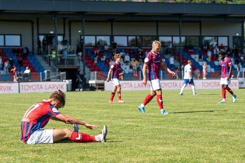 Vard-kompleks: Jonas Bruusgaard (sittende) og lagkameratene i Fram Larvik tapte 0-1 for Vard på bortebane lørdag. Bildet er for øvrig fra kampen i Framparken mellom lagene tidligere i høst - da resultatet ble 0-4.