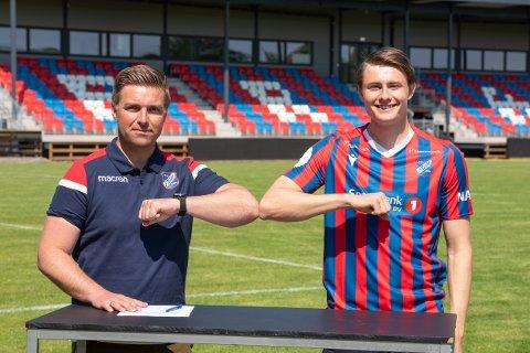 Tilbake: Herman Solberg Nilsen (t.h.) kommer på lån fra Sandefjord til Fram denne sesongen. Her har han akkurat signert og gir Frams sportslige leder Jostein Jensen et «håndtrykk» anno 2021.