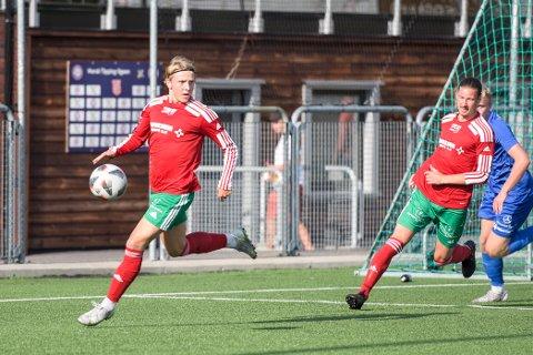 Satte den første: Isak Solvik Nilsen (t.v.) sørget for 1-0-målet mot Flint på lørdag. Til slutt vant Halsen 3-2 over John Arne Riises gutter.