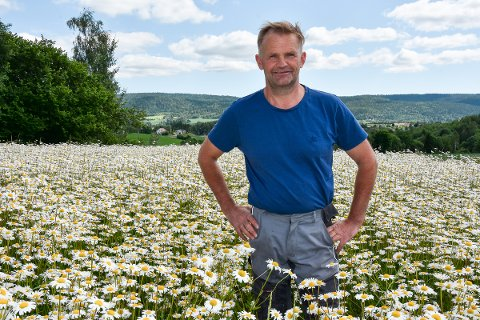 OPPTATT AV MILJØET: Knut Olav tror at dyrking av blomsterenger vil kunne bidra til å bevare det biologiske mangfoldet.