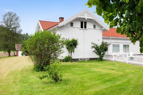 LANGE TRADISJONER: Her var det forretning i over 100 år. Nå er eiendommen med nærings- og boligdel lagt ut for salg.