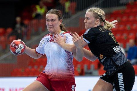 TØFF HVERDAG: Livet i Eliteserien er tøff for Andrea Rønning og Larvik HK. Søndag ble det tap for Aker hjemme i Jotron Arena. Larviksjentene venter fremdeles på sine første seriepoeng denne sesongen.