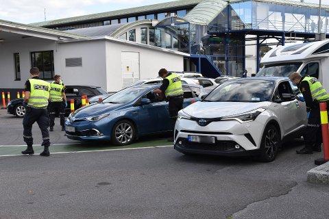 BEMANNING: UP opplever at de er overbemannet på ferjekaiene når de skal kontrollere passasjerer som ankommer landet. Her fra en ankomst på havna i Sandefjord i august.