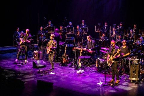 FENGET: Ole Børud med band og Marinemusikken fenget sitt publikum under jubileumskonserten i Bølgen fredag kveld.