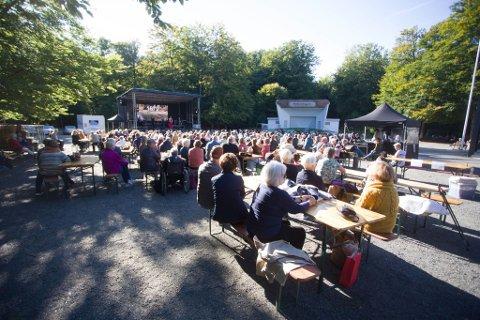 FOLKELIV: I Bøkeskogen lørdag har mange mennesker samlet seg for å se konserten.