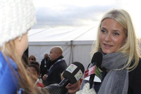 MÅTTE VIKE: TV2 var også interessert i å stille kronprinsesse Mette Marit spørsmål, men det var Maria Gjems French som fikk prinsessens oppmerksomhet. (Foto: Geir Hjermstad)