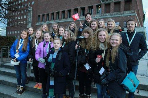 LÆRER MYE: Nesten hele ungdomsgjengen som er nede for å lage nettavis. (Foto: Geir Hjermstad)