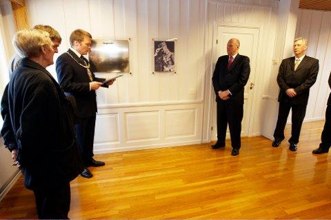 Bildet er fra 2008, da kong Harald sammen med bl.a. daværende fylkesmann Sigbjørn Johnsen (t.h.) og ordfører Terje Røe avduket av en minnetavle i rommet på Elverum folkehøgskule, hvor daværende kong Haakon sa nei til kapitulasjon til den tyske krigsmakten 10. april 1940. (Arkivfoto: Cornelius Poppe, NTB scanpix)