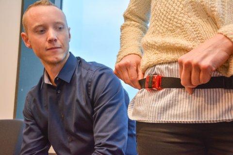 MÅLER AKTIVITET: Ingeborg Bart Vedøy med måleren som eleven skal gå med i ei uke for å måle all aktivitet. Patrick Foss Johansen ser på.