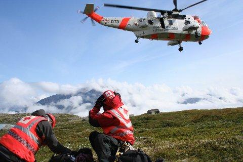 ULIKE OPPDRAG: Røde Røde Kors Hjelpekorps har ulike oppdrag, fra førstehjelpsvakter under festivaler og idrettsarrangementer til leteaksjoner. Bildet viser Thomas Baar (til venstre) og Anders Brydalseggen i fjellredningsgruppen på søk- og redningsoppdrag med helikopter.