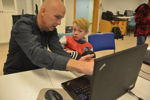 ULIKE KURS: Her fra høstens 3D-programmering ved Tynset Teknolab der kursleder Tommy  Klausen diskuterer løsninger med Kim Andre Keim.