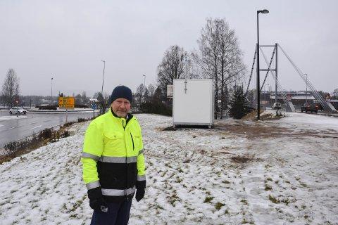 STARTER NÅ: Målestasjonen starter måling av luftkvaluteten nå. Det er Ole-Petter Hoems parkeringsvakter som skal sjekke instrumentene.