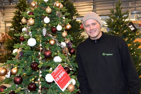 HVITT, BURGUNDER OG KOBBER: Andreas Myhra forteller at det er denne julepynten folk ønsker seg, ikke den tradisjonelle med rødt og gull.