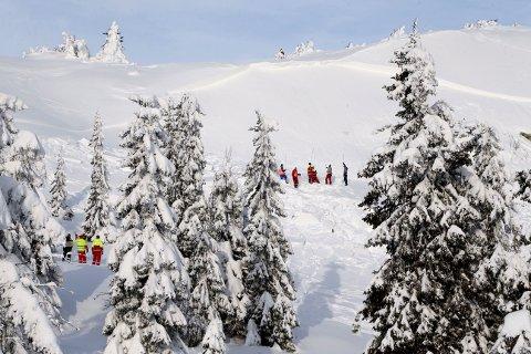 LETEMANNSKAPER: Mannskaper fra Røde Kors søker gjennom skredet som gikk ved Sjusjøen skisenter lørdag. (Foto: Geir Olsen / NTB scanpix)