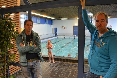 PÅ SAKSKARTET: Småbarnsforeldrene Ole Andreas Thomasgaard og Jostein Hauge i Tynset ønsker nytt svømmebasseng på sakskartet hos politikerne i Tynset.