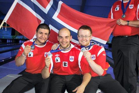 MEDALJE: Bjørn Einar Rudshagen, til høyre, sikret seg NM-sølv i helga. VAnt gjorde Glenn Morten Pedersen, i midten. Bildet er fra EM for noen år siden der også Svein Åke Ek, til venstre, var med på gullaget.