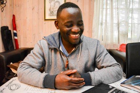 RENOVAT NZEYIMANA: Burundieren har bodd i Norge med familien sin i snart 11 år. Nå skal han sykle til Oslo til inntekt for flyktninger i Malawi.