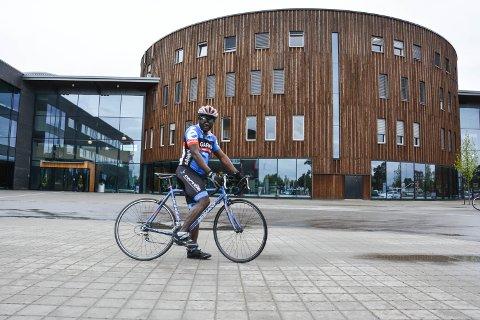 PÅ SYKKEL FOR FLYKTNINGER: Renovat Nzeyimana skal sykle Elverum-Oslo til inntekt for flyktninger i Malawi.