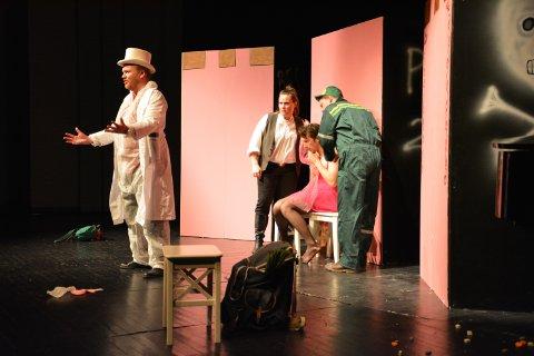 BESTEMMER ALT: Professor Piffi (til venstre), spilt av baryton Sigmund Aasjord, bestemmer det aller meste i framtidsoperaen. Bak til venstre Sir. Estragon (Mildred Marita Ramberg Røthe), Prinsesse Rosmarina (Lars Eggen) og Dr. Pepper (Simon Andre Jacobsen).