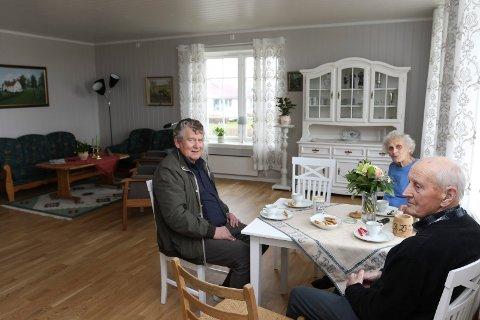 FLOTT: Gudrun og Arne Borg gtrives godt i den nye, flotte leiligheten. Her er de sammen med hovedmannen bak Hoffertunet, Tore Kordahl, til venstre.
