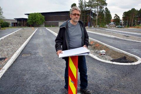 NYTT TAK: Teknisk sjef Per John Valle ser ingen andre muligheter enn å skifte hele taket på svømmehallen bak til venstre i bildet.