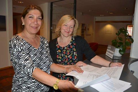 Nord-Østerdal kraftlag NØK med info på seks språk, i et samarbeid med Moa rådgivning Fra venstre Mahnaz Moayeri i Moa Rådgivning og leder for NØKs kundesenter Heidi Taraldsen
