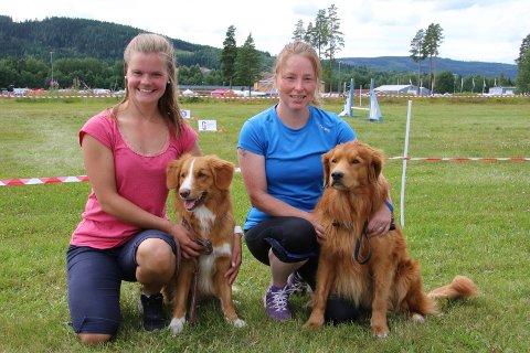 STILTE UT: HAnne MArtine L. Haagensen, til venstre, og Gry Heidi Vangen stilte ut sine hunder Caspar og Torres av rasen Nova Scotia Duck Tolling Retriever.