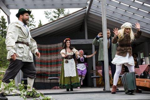 HISSIGPRPP: Jochumsen (Trond Gudevold) er litt av en hissgpropp.  Nina Sætherhaug (Josepha), Ole Morten Velde (Dr. Siedler) og Lise Granden Berg (Othilie).
