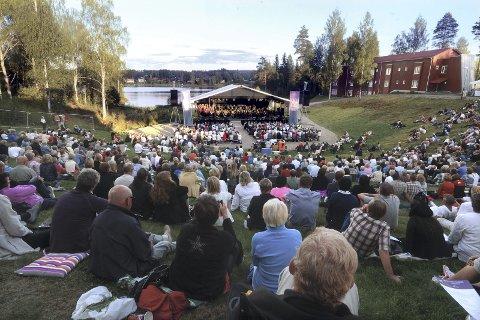 FAKTA OM HEDMARK: Hedmark hadde 195.356 innbyggere ved årsskiftet. Kommunene bruker i gjennomsnitt 1.800 korner pr. innbygger på kultur. Her fra festspillåpningen ved Sagtjernet i Elverum i 2014. (Foto: Anita Høiby Gotehus)