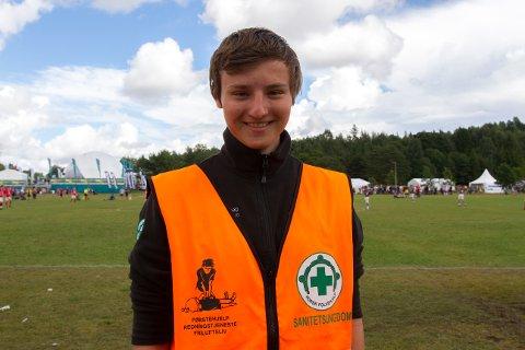HJELPER: Mathias Bjørkholen var en av de mange frivillige hjelperne på Norway Cup. (Foto: Frida Ripland Moberg/NFO)