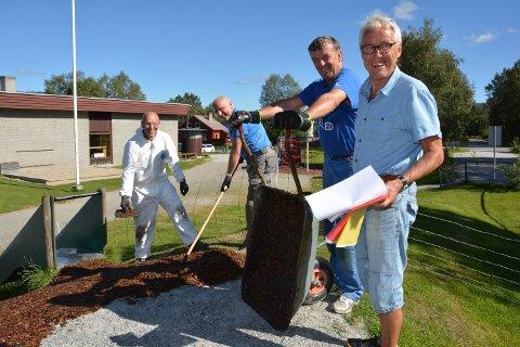 DUGNAD: Fra venstre er besteforeldrene Jarle Gullbrekken, Eivind Brændvang og Idar Schjølberg godt i gang med dugnaden, mens prosjektleder Jan Inge Grøndalen følger med.