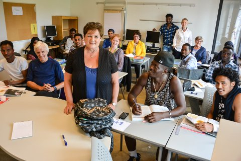 FARGERIKT: Elevene ved Elverum Læringssenter er sentrale på arrangementet på FN-dagen mandag. Her sammen med Randi Stensløkken Moen ved Elverum frivilligsentral og frivillige leksehjelpere.