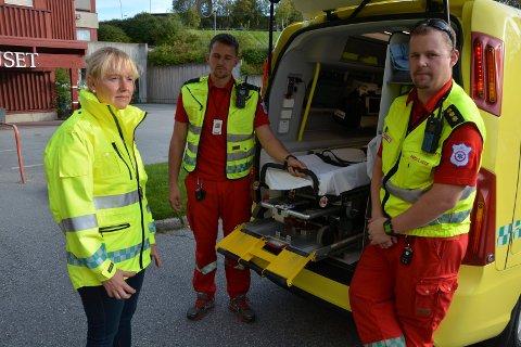 OPPFORDRER: Etter tre sykkelulykker i Tynset denne uken oppfordrer både lege og ambulansearbeiderer til hjelmbruk. Fra venstre lege Marte Kvittum Tangen, ambulansepersonell Haaken Fjellberg Danielsen og paramedic Thomas Baar.
