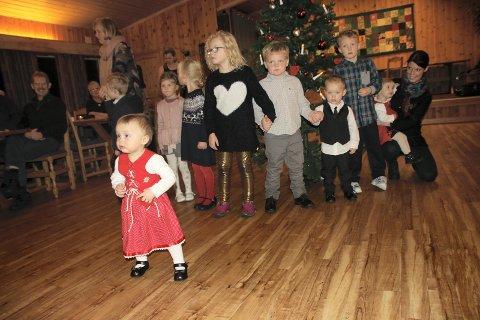 SJARMERENDE:   Det var mange små og sjarmerende deltakere på juletrefesten på Sjøli grendehus.