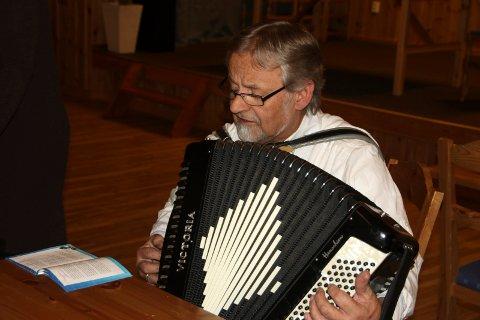 SØRGET FOR MUSIKKEN:  Johan Moe med trekkspillet sørget for musikken til gangen rundt juletreet og sangen.