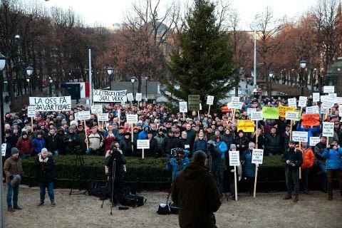 DEMONSTRASJON: Ulvemotstandere protesterer mot regjeringen. Ulvemotstandere fra flere steder i Hedmark deltar onsdag på en protestaksjon mot regjeringens vedtak om ikke å felle fire ulveflokker i ulvesonen. Miljøminister Vidar Helgesen møter demonstrantene ved sitt departement i Oslo.
