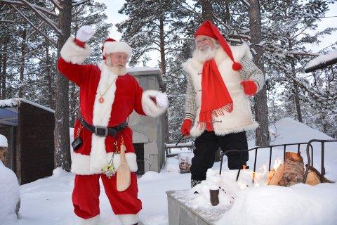 NISSEILDEN: På morgenen fredag ble Nisseilden, den 15. i rekken, tent utenfor Julenissehuset på Savalen av fra høyre Ole Bele i Julenisselauget og Julemenaden fra Esbjerg.
