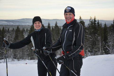 """KJEMPEFINE FORHOLD: Stine Grønvold og Petter Glorvigen har gått """"runden"""" på 17,8 km på Flishøgda, og skryter av flotte forhold."""