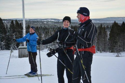 ROGSTADBAKKVOLLEN: Søndag var hytta åpen for første gang i vinter, og folk sprang på ski og spiste vafler. Her er Per Olav Evensen, Stine Grønvold og Petter Glorvigen fra Elverum.