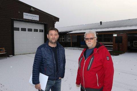 HER: – Det eneste rett er å bygge ut legesenteret(til høyre) her vi fra før har ambulansetjenesten, sier ordfører Ørjan Bue og leder i helse, pleie og omsorg, Rune Sørlie, i Åsnes.