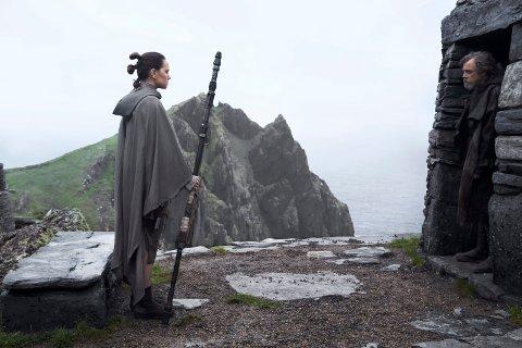 KINOHÅP: Den nye Star Wars-filmen «The Last Jedi» kommer på kino i desember. Håpet er at Rey (Daisy Ridley) og Luke Skywalker (Mark Hamill) trekker folk til kinosalene. (Foto: Jonathan Olley/Lucasfilm Ltd.)