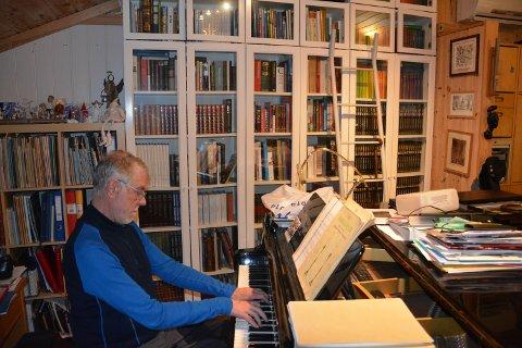 FLYGEL: Det er ikke alle hjemmekontor som er innredet med et flygel, men hos orgelkonsulent Hans Jacob Høyem Trondshaug er det helt naturlig.