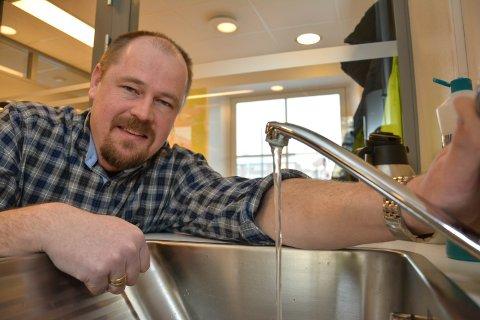 RENNER: Enhetsleder for vann og avløp, Leiv Andreas Schulstad innrømmer at det har rent mye overvann ut i Sagtjernet i løpet av påsken.