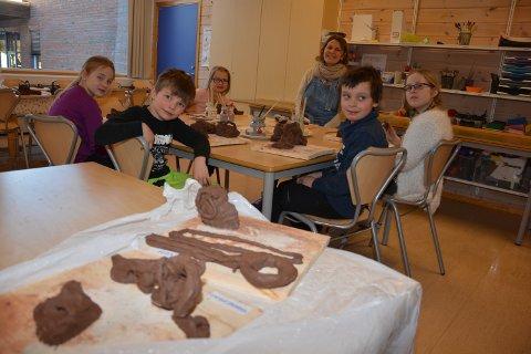 KERAMIKK: De yngste elevene har tolket musikkstykket i arbeid med keramikk. Foran fra venstre Ingrid Mjøen Solem, Are Langtjernet Kregnes, Kristian B. Bjørsagård og Ylva Frengstad. Bak fra venstre Vilde Lie Granvold og kunstner Anne-Brit Soma Reienes.