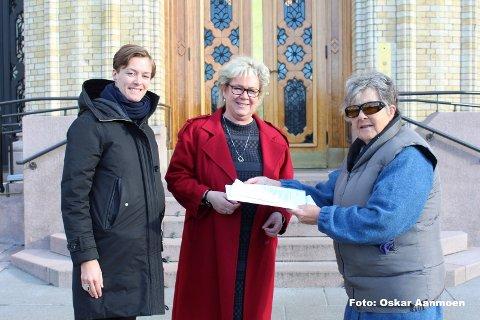 LEVERTE:  Wenche Blomberg, til høyre, leverte underskriftene til Annette Trettebergstuen og Tone Sønsterud på Stortinget tidligere i uka.