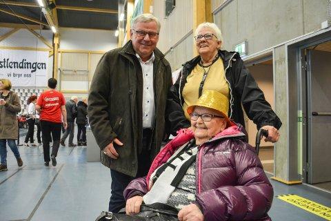 HEI AASE: Ordfører Erik Hanstad var den første av mange som hilste på Aase T. Jones i Terningen Arena. Ledsager Edel Marie Olsen til høyre.