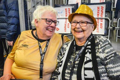 ALT ER BARE FINT: Aase T. Jones gleder seg til på håndballkampen mellom Elverum og Lillestrøm. Edel Marie Olsen har et hjerte for både håndball, jobben og å hjelpe folk.