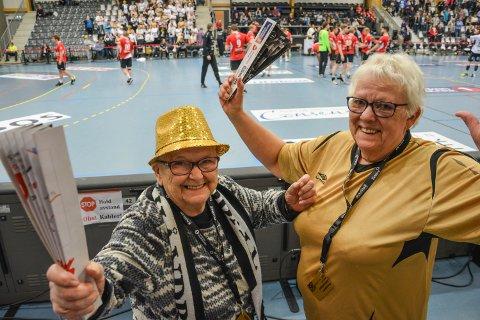 SEIER'N  ER VÅR: Aase T. Jones og Edel Marie Olsen kan juble for håndballgutta i Terningen Arena etter at Elverum slo Lillestrøm.